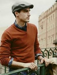 Homem usando boina com camisa marrom