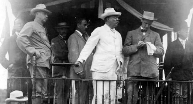Roosevelt e seu chapéu panamá na construção do Canal.